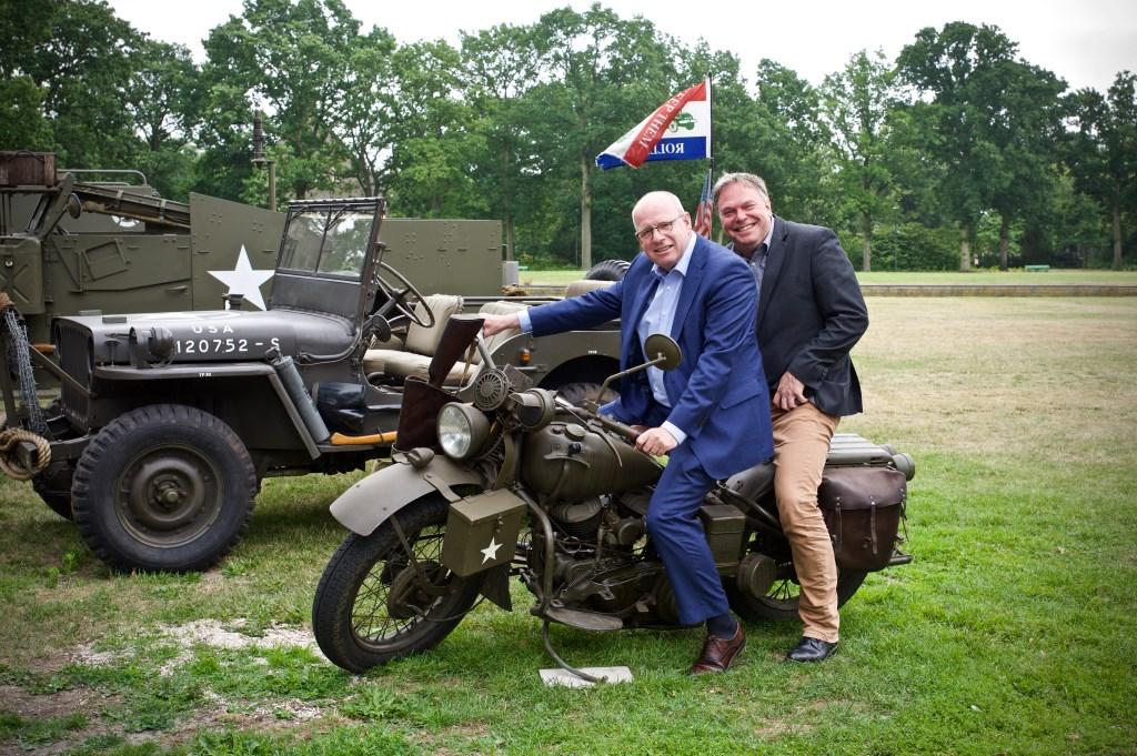 Niet alleen de veteranen vermaken zich met de legervoertuigen. Ook de wethouders Fred Dellemijn en Rob Opdam STiP Fotografie © Uitkijkpost Media B.v.
