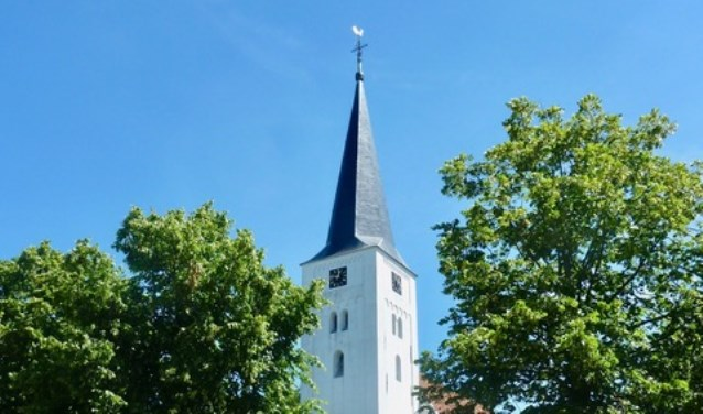 Van afstand lijkt de kerk wit, maar als je dichterbij komt is de groene aanslag goed zichtbaar.