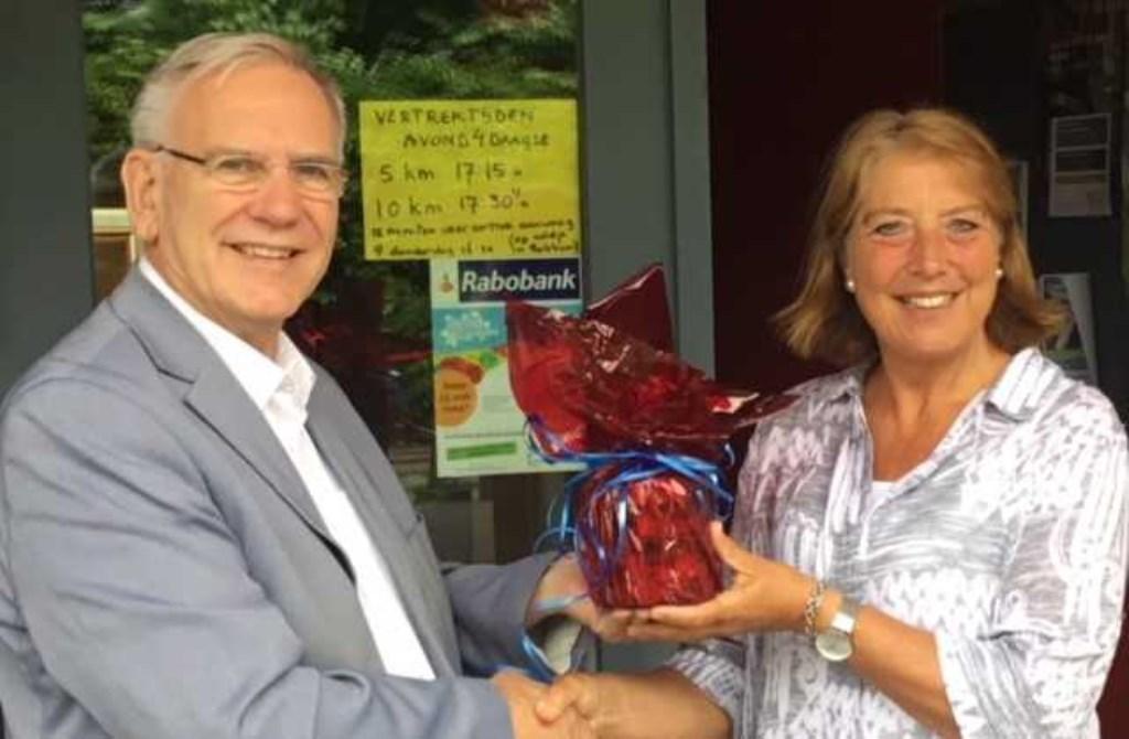 Klaas Degen (directeur Sokkerwei) overhandigt de 'pot met geld' aan de moeder van Mariëtte van Dijck