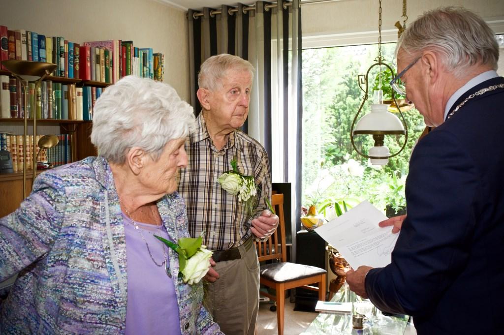 De burgemeester leest de brief die gestuurd is namens het koningspaar voor aan mevrouw en meneer Lussing. STiP Fotografie © Uitkijkpost Media B.v.