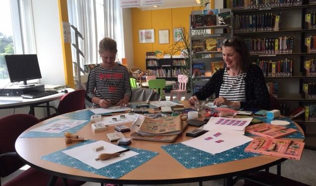Workshop stempel maken tijdens de Kunstroute in het Lees Lokaal.