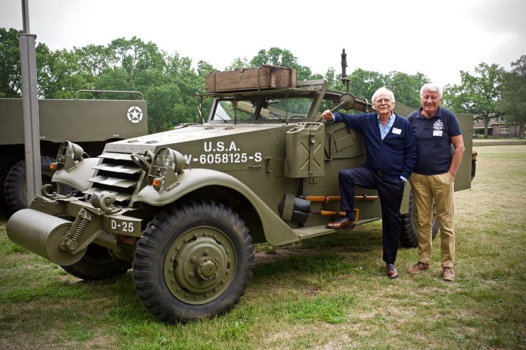 Veteranen Hoogakker en Magermans wilden wel even poseren bij een legervoertuig. STiP Fotografie © Uitkijkpost Media B.v.