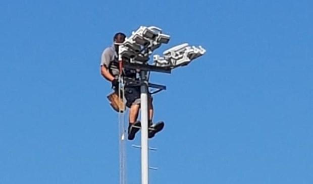 Op eenzame hoogte wordt de led-verlichting aangebracht.