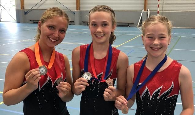 Brechtje, Khee en Sara zijn maar wat trots op hun medaille!