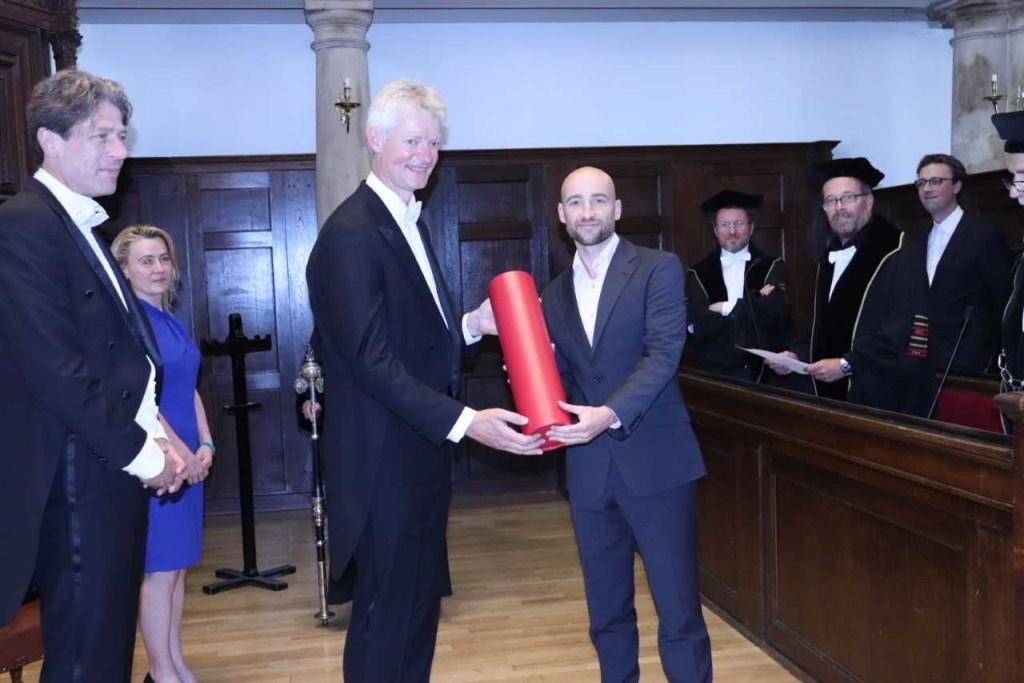 Economiedocent Ferry Haan (links op foto) krijgt zijn doctoraatsdiploma en promoveert tot Doctor in de Onderwijseconomie.