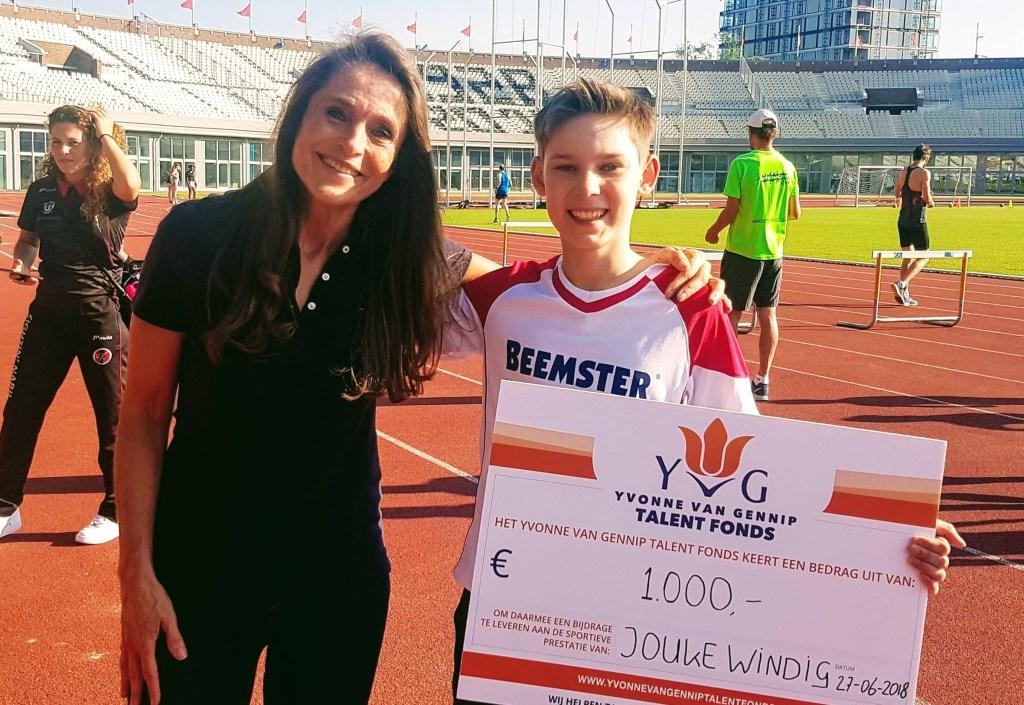 Yvonne van Gennip overhandigt een mooie cheque aan Jouke Windig