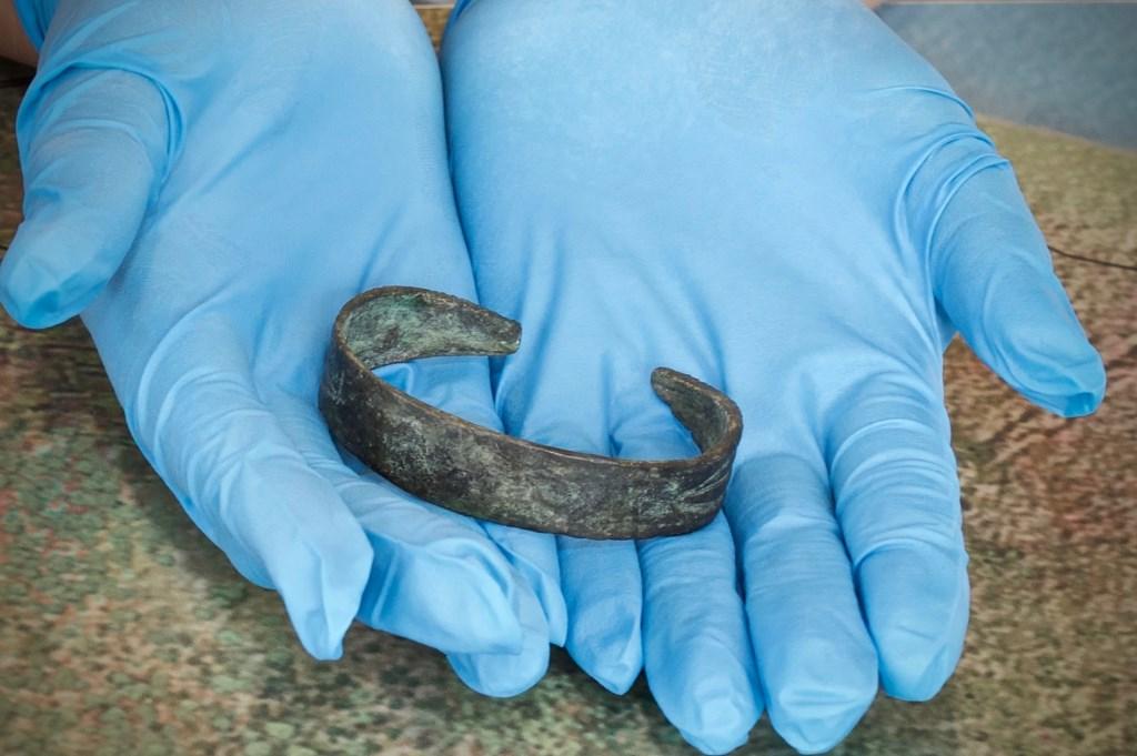 Alleen met handschoenen mocht de bronzen armband aangepakt worden. Foto: STiP Fotografie © Uitkijkpost Media B.v.