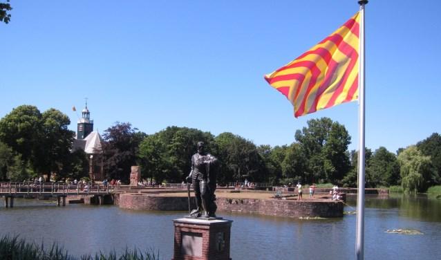 De slotfundamenten in Egmond aan den Hoef met het standbeeld van graaf Lamoraal.