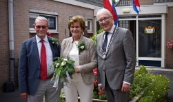 Bruidspaar Schouten-van den Bergh en burgemeester Hans Romeyn.