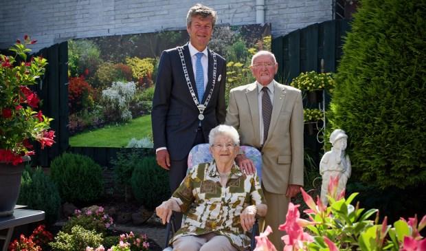 Burgemeester Toon Mans kwam het echtpaar Koot feliciteren met hun 65-jarig huwelijk.