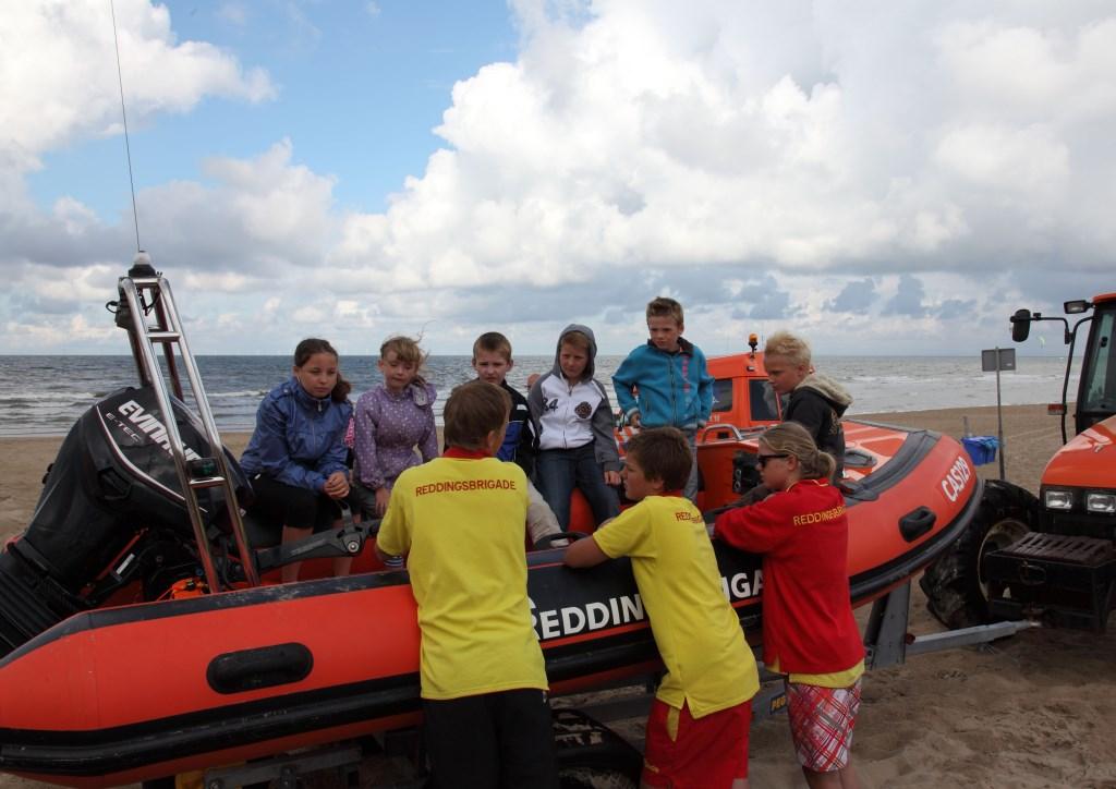 De boot uitproberen van de Reddingsbrigade is ook leuk op het droge…