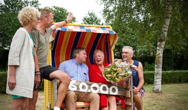 Trees Evertse te midden van Vera en Jan (Zwembad Het Baafje), wethouder Rob Opdam en haar man Jan Evertse.
