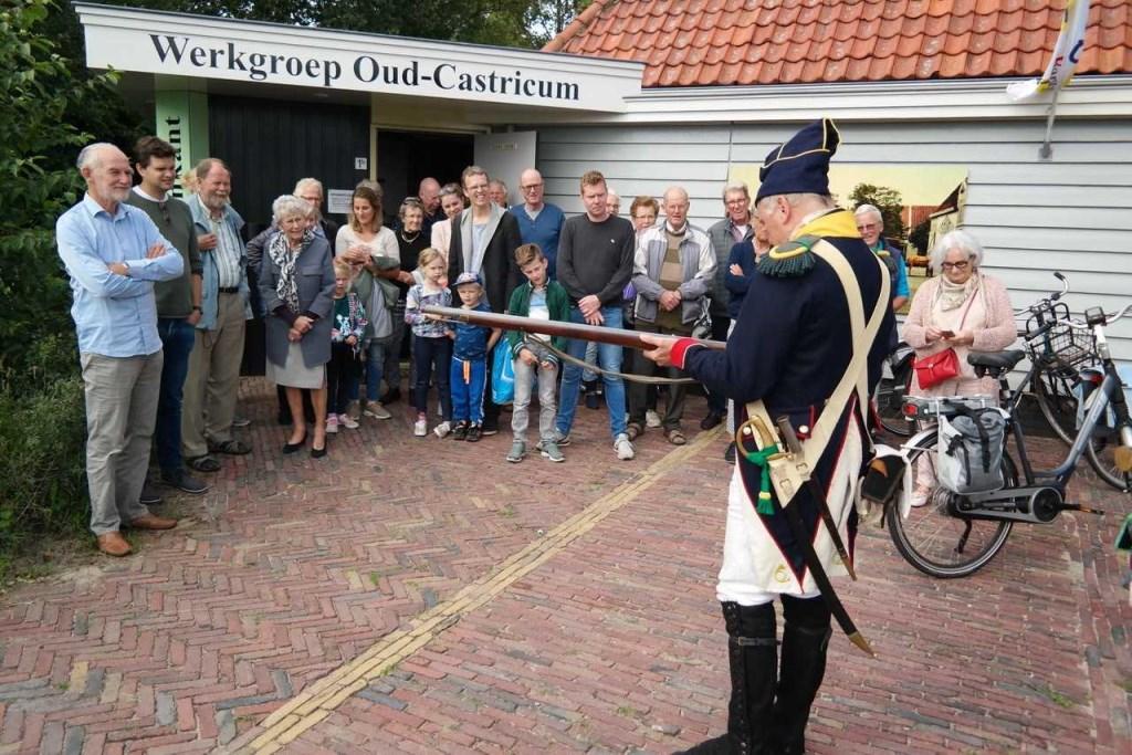 De Franse musketier Martin Blom, lid van de re-enactmentgroep, legt de werking van het musket uit.