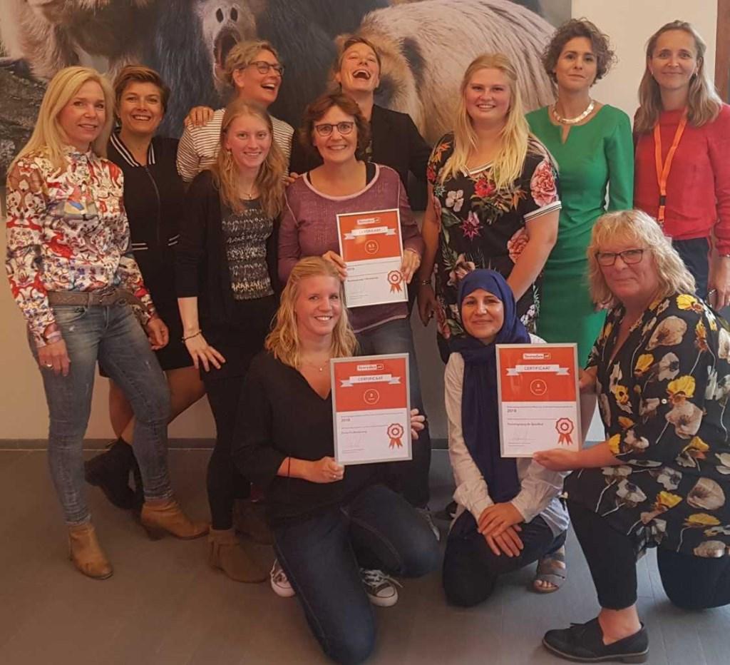 De teams van peuteropvang 't Drempeltje (Castricum) en De Speelhut (Middenbeemster), samen met enkele leden van het managementteam van Forte Kinderopvang.