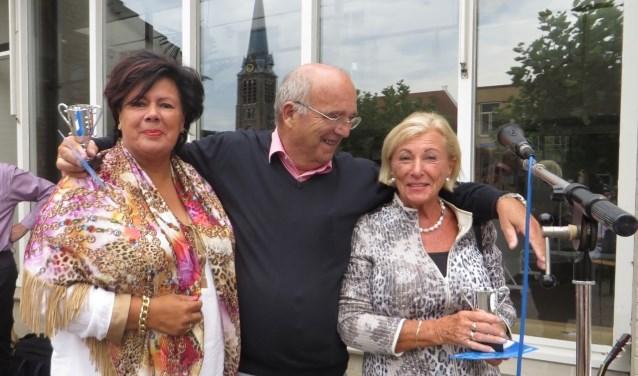 De prijsuitreiking van de kroegenbridgedrive in 2016 met burgemeester Wendy Verkleij