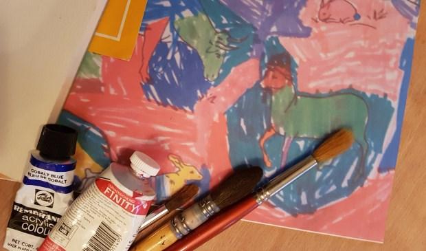 Met verf of inkt zijn de kinderen creatief bezig.