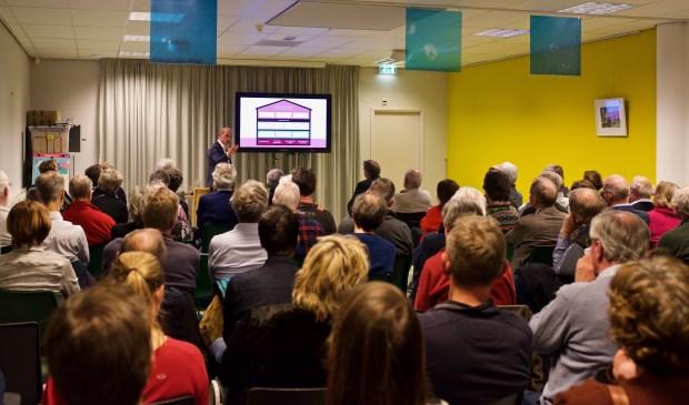Diederik Samsom geeft uitleg over het model 'wijkgerichte aanpak'.