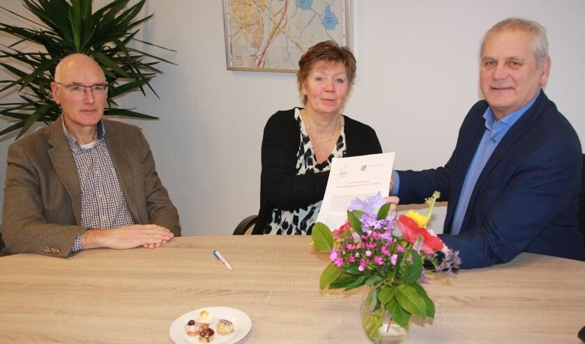 Van links naar rechts: Teije Hooghiemstra, bestuurslid Alzheimer Nederland afdeling Midden-Kennemerland, Marianne Hekman, voorzitter van dezelfde afdeling, en wethouder Cees Beentjes.
