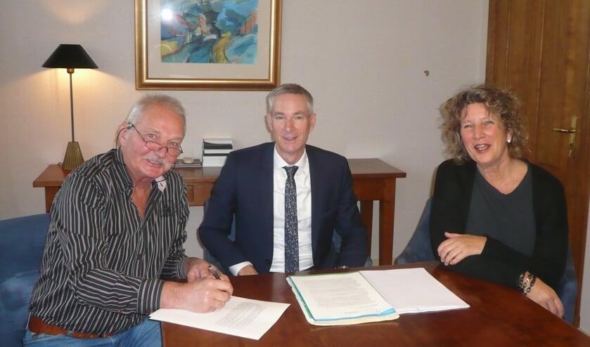 V.l.n.r.Frans Endel (voorzitter), mr. Jan Langedijk (notaris ) en Petra Haverman-Hoek (secretariaat). Thijs Noordman (penningmeester) ontbreekt op de foto.