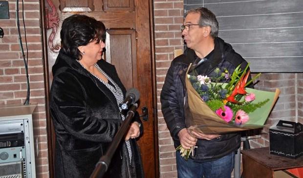 Burgemeester Wendy Verkleij feliciteert Richard van OSUradio