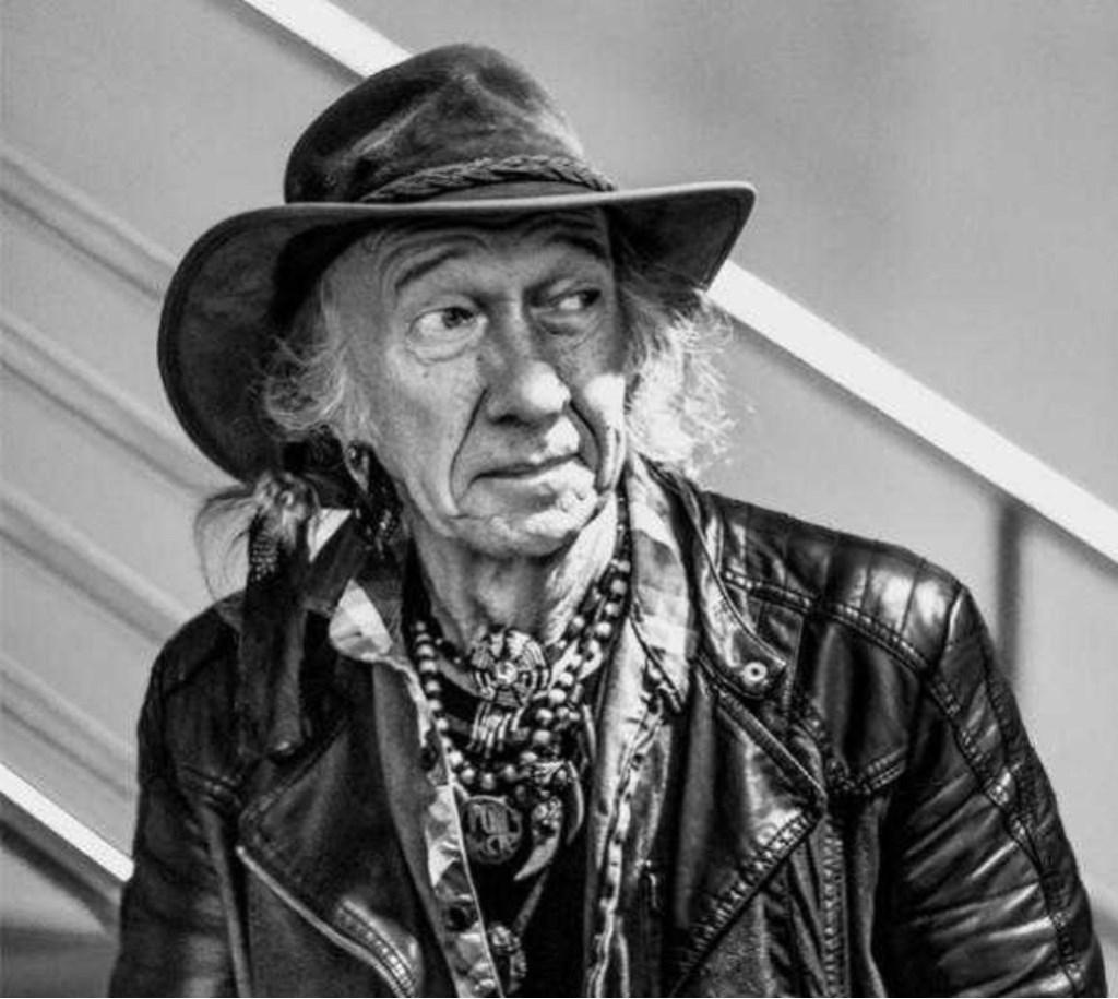 Henk Haanraads, 55 jaar met liefde voor gitaar en publiek.