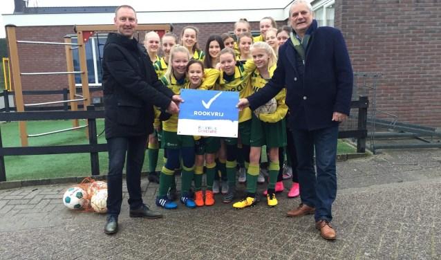 V.l.n.r.: jeugdvoorzitter Patrick Putter, meisjesteam Mo15-2 en wethouder Cees Beentjes.