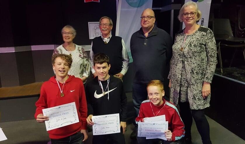 Bij de volwassenen v.l.n.r.: Francien Rotteveel (2e prijs), Ton Steenaert (gedeelde 3e prijs), Jeroen Aarten (1e prijs), Elly Beens (gedeelde 3e prijs). Winnaars PCC-leerlingen v.l.n.r.: Jelle de Jong (3e prijs), Jelle Venema (2e prijs), Zen Versteijne (1e prijs).