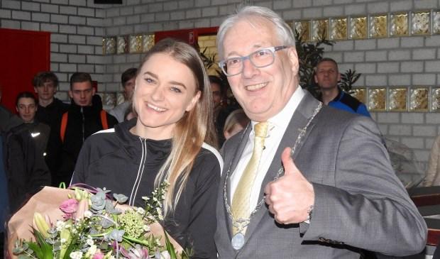 Samen met het bestuur van AV Trias zette burgemeester Romeyn Lisanne in het zonnetje.