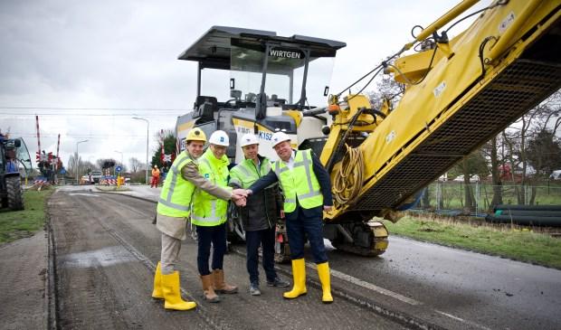 De handen worden ineen geslagen bij de officiële start van de werkzaamheden. Vlnr. Kees Rutten, Willem van der Linde, Remco Hoeboer, Rob Opdam.