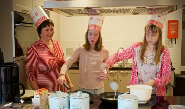 Pannenkoeken bakken bij Magenta Zorg. Vlnr. Ingrid (moeder Joëlle), Elin en Joëlle.