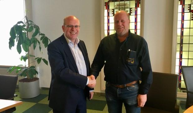 Fred Dellemijn (l), Wethouder gemeente Heiloo en Theo van Velzen, eigenaar Theo van Velzen storage tijdens ondertekening koopovereenkomst.