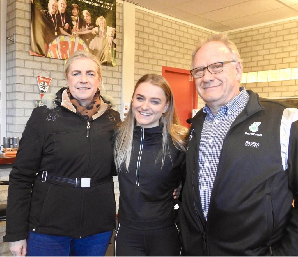 Lisanne tussen haar trotse sponsors, Ciska en Rob van der Wal van CiRoPack. Foto: Madelon Sijsenaar © Uitkijkpost Media B.v.