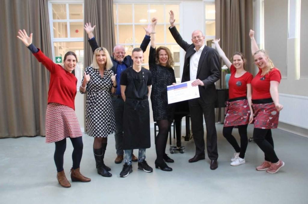 Bestuur en medewerkers van De Oude Keuken zijn blij met de cheque die Jan Klaver overhandigde namens Rabobank Alkmaar e.o.