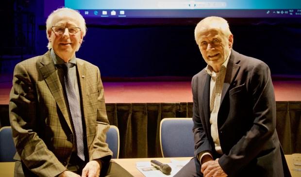 De nieuwe en oude voorzitter van de Historische Vereniging Heiloo, Jacob Ouderkerken en Jaap de Graaf.