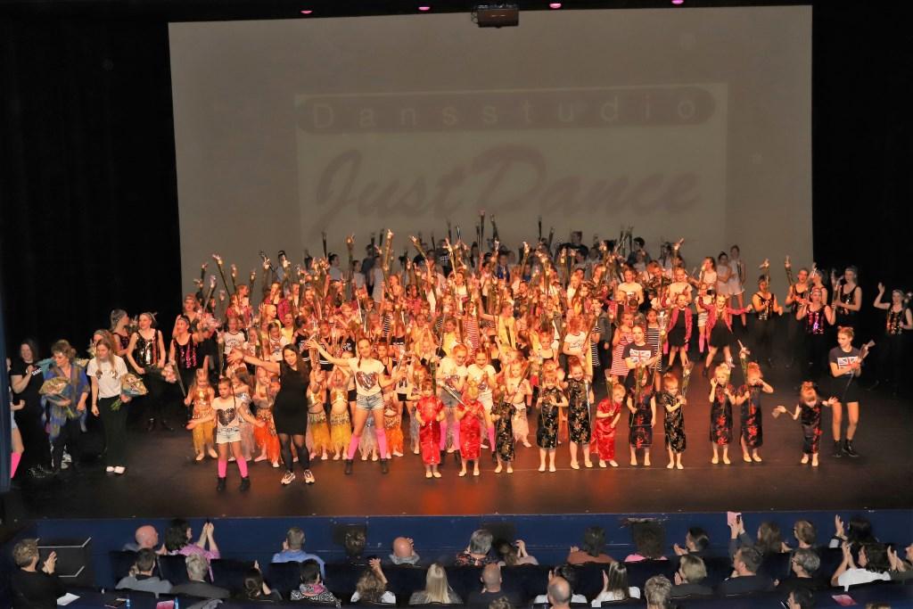 Een dansvoorstelling door ruim 200 leerlingen.  © Uitkijkpost Media Bv.