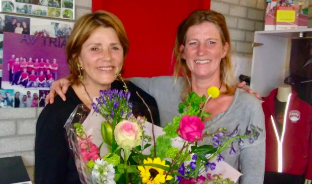 Voorzitter-af Jocelyne Tophoff samen met bestuurslid Madelon Sijsenaar.
