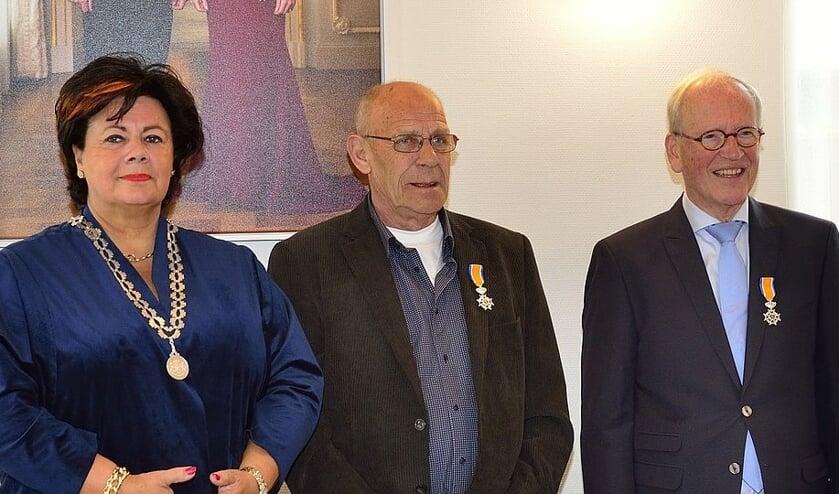 Burgemeester Verkleij met de gedecoreerden: in het midden Dick Zonneveld en rechts Teun Jonker. De heer Kees den Boer staat niet op de foto maar kreeg ook een lintje.