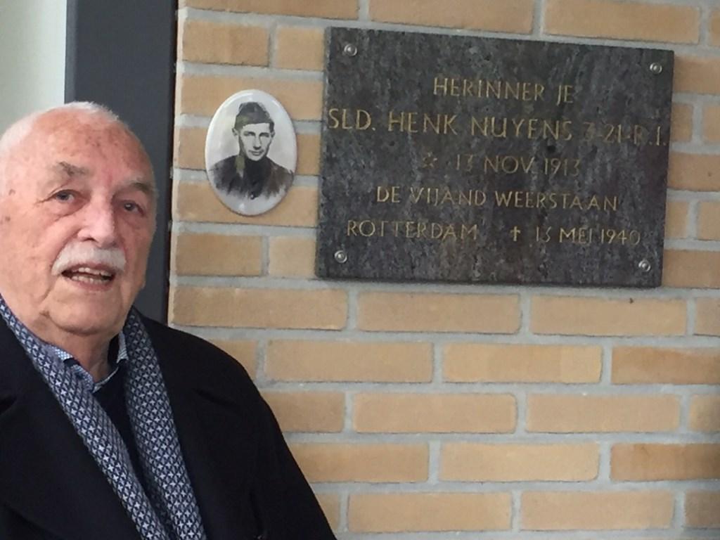 Joop van IJzendoorn onthulde op 4 mei de foto van soldaat Henk Nuijens.