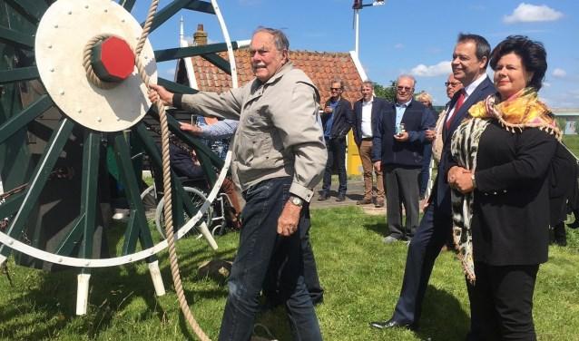 Molenaar Gerbrand de Vries verricht de officiële openingshandeling.