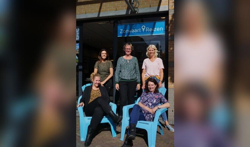 Op de foto v.l.n.r. achter: Therese Bielfeldt, Renate van Keulen en Nadine Witte voor: Manon Klaphake (l) en Patricia Wijker (r)