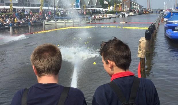 De jeugdbrandweer in actie tijdens de badeendjesrace