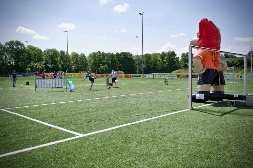 Een reuze oranje leeuw bij HSV. Zie daar maar eens een bal doorheen te schieten. Foto: STiP Fotografie © Uitkijkpost Media B.v.