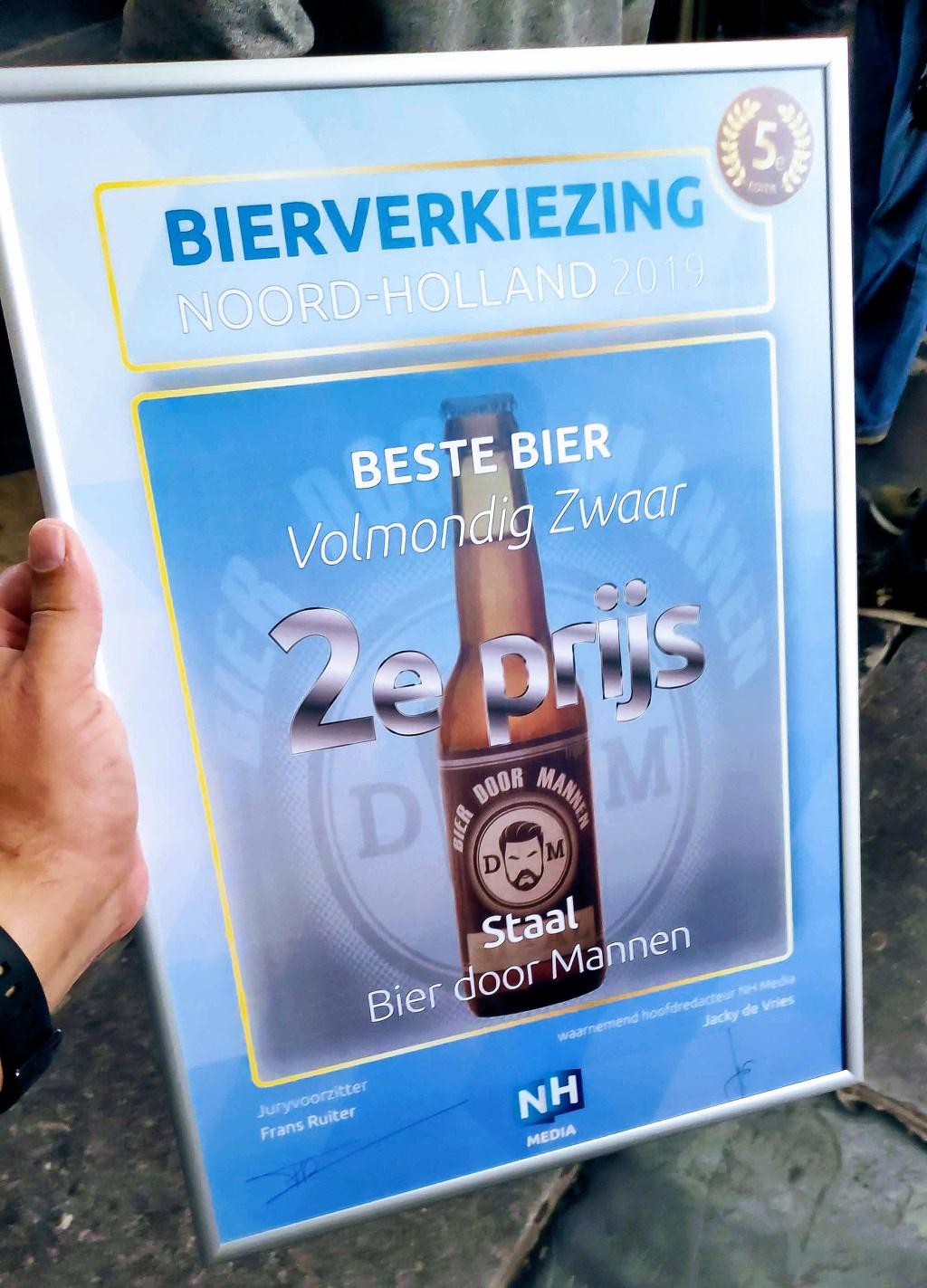 De prijs voor de bierbrouwers uit Uitgeest.   © Uitkijkpost Media Bv.