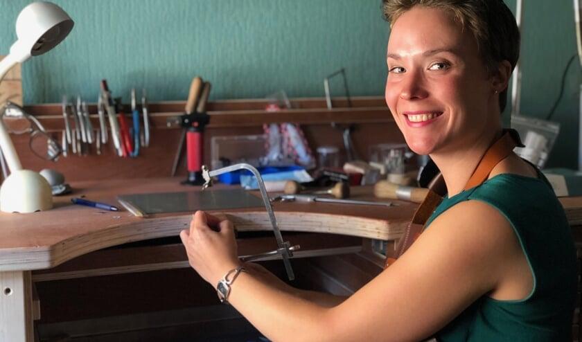 Master Goldsmith Wendy Verkooijen in haar atelier.