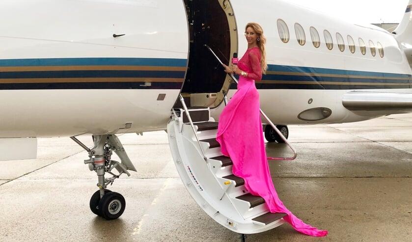 Carolien ter Linden vloog naar Cannes met een privé vliegtuig van Exxaero en vervolgens door naar de rode loper voor de première van het 72e beroemde filmfestival.