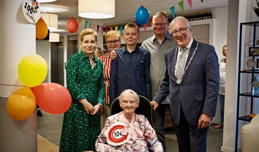 Mevrouw Wieczorek omringt door haar familie en burgemeester Hans Romeyn.
