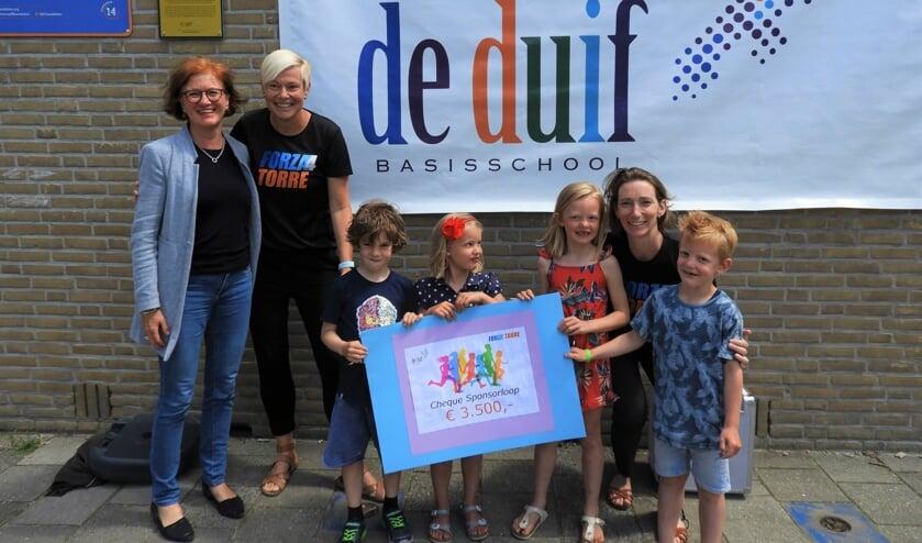 V.l.n.r: Annemiek van de Vliet, directeur van De Duif met Saskia (Forza4Torre), Finn, Lisa, Eef, AnoukBekkers (Forza4Torre) en Tijn.