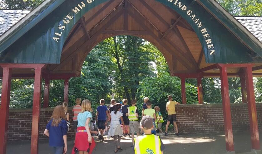 Voor het samenstellen van de fietstocht bezochten de leerlingen belangrijke plekken in Heiloo, zoals hier Onze Lieve Vrouw ter Nood.