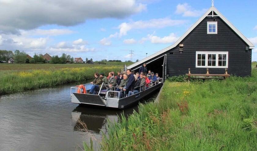 Foto: Excursieboot vertrekt uit Botenhuis (Klaas Ros)