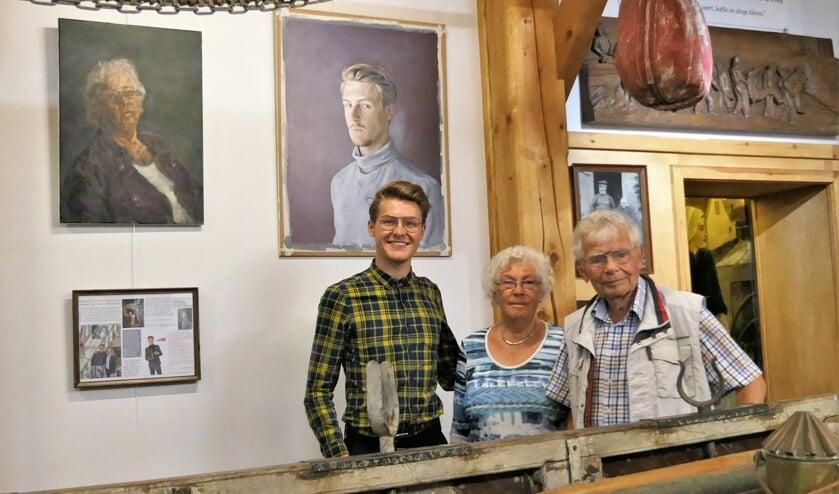 Sebas bij zijn schilderijen met de (geportretteerde oma) Nel en met Gerard Belleman . Foto Museum van Egmond